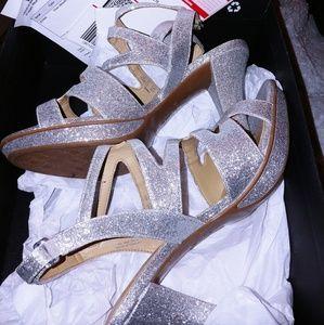 Naturalizer glitter silver heels fits like a 9